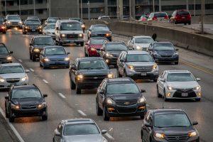 Autos auf einem Highway in den USA